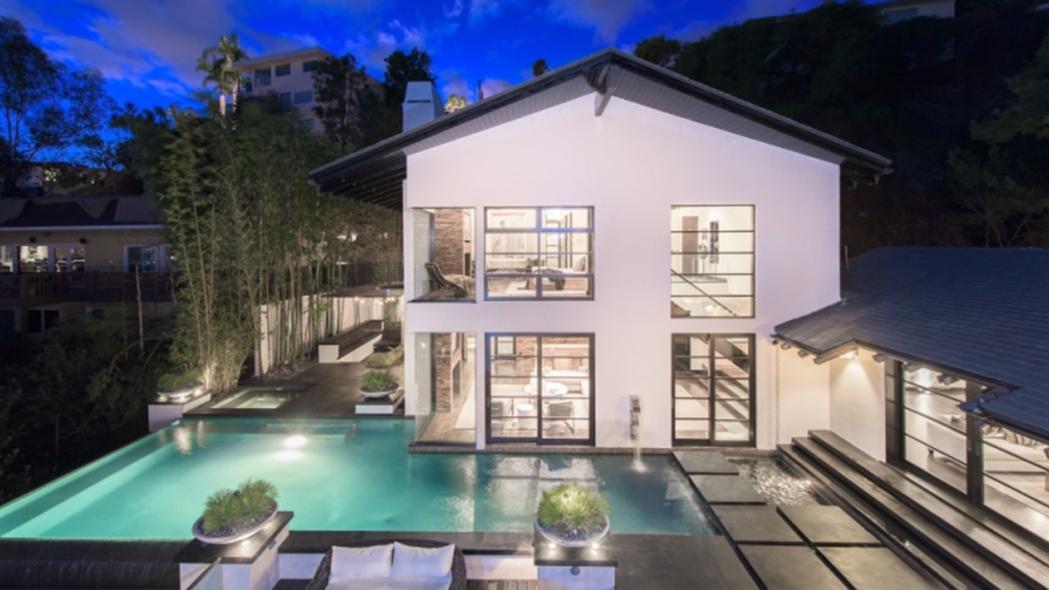 Calvin Harris vende la villa da 10 milioni di dollari Harris-backyard-e1453232337367