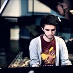 Guarda Zedd suonare cover dance al piano