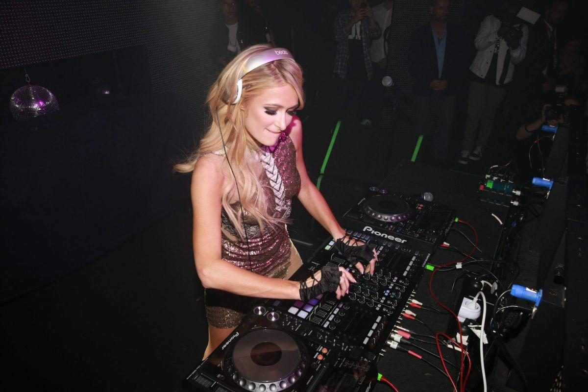 Paris Hilton - Era ovvio partire con il simbolo delle star diventate dj. Per lei la residenza all'Amnesia di Ibiza e la cover di DJ Mag Italia
